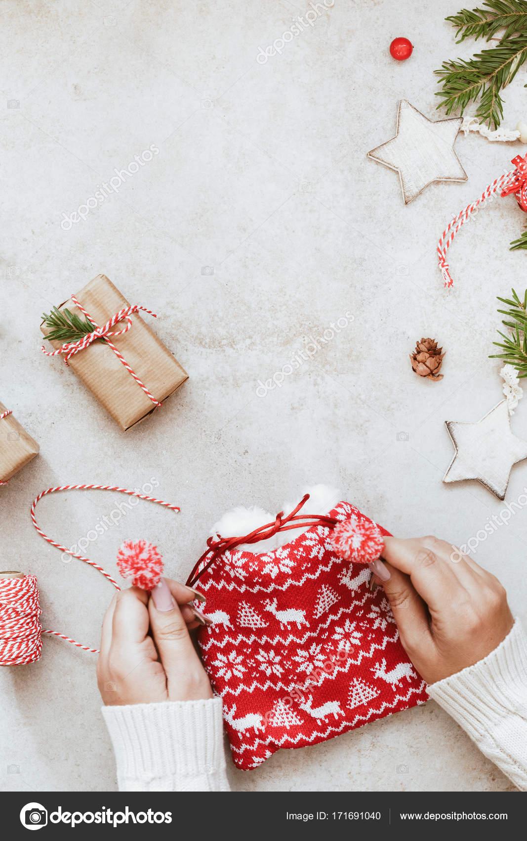 Regali Di Natale Alluncinetto.Regali Di Natale In Borsa All Uncinetto E Carta Marrone Foto Stock