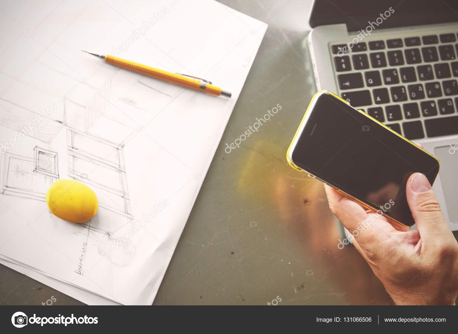 Draufsicht des Architekten Menschen arbeiten am Computer und ruft ...