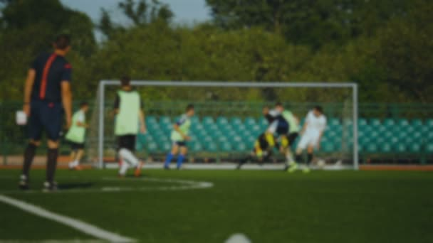 Fußballergebnisse Spieler, die ein Tor, der Schiedsrichter wirft seine Hand, Zeitlupe, Fußball-Europameisterschaft, Teamtraining, weit schoss, der Ball das Ziel, Goalee verfehlt Ziel, weit hergeholt, für den Hintergrund unscharf