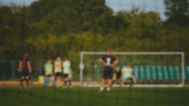 Szabadrúgás, futball játékos pontszámok a cél, a játékvezető emeli a kezét, lassú mozgás, a labdarúgó-bajnokság kapus hiányzik cél