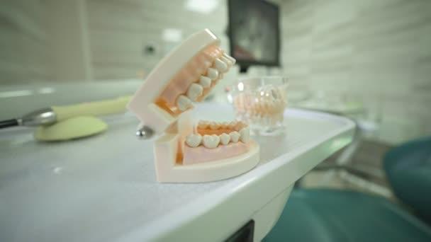 Moderní zubařská ordinace, hraná čelist se zuby. Koncept dentální léčby a zubní protézy, implantace