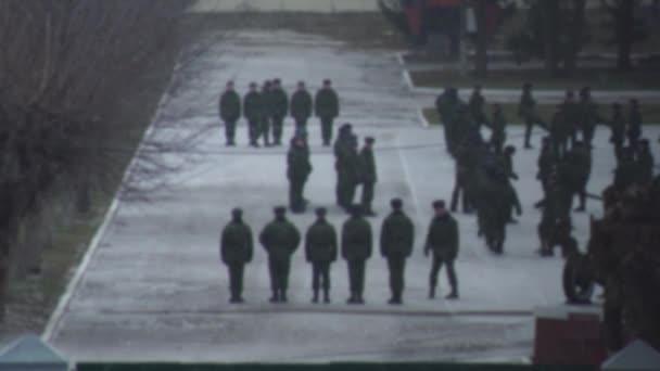 Soldaten marschieren in der Armee auf dem Paradeplatz. Vorbereitungen für die Parade. Bohrmaschine, verschwommen, Hintergrund, Kopierraum