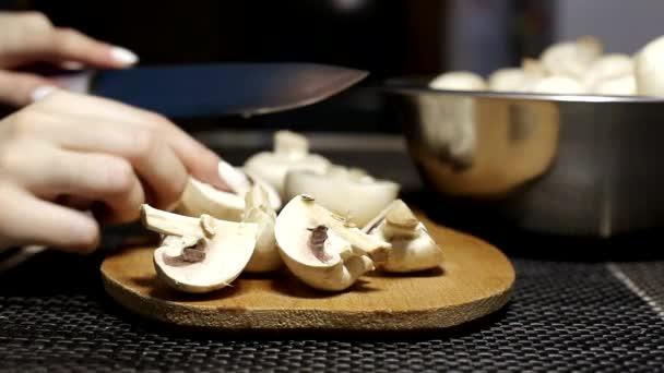Dívka krájí žampiony na dřevěné polici. Vaření dieta a zdravé houby houby pokrmy, zázemí