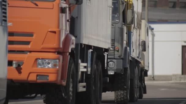 Gépjárműmérnöki szállítás logisztikai vállalat által exportált és importált áruk nagy- és oldalirányú szállítása. A járművek termékeket szállítanak, a teherszállítás lakókocsival. Fuvarozási vagy szállítási szolgáltatás