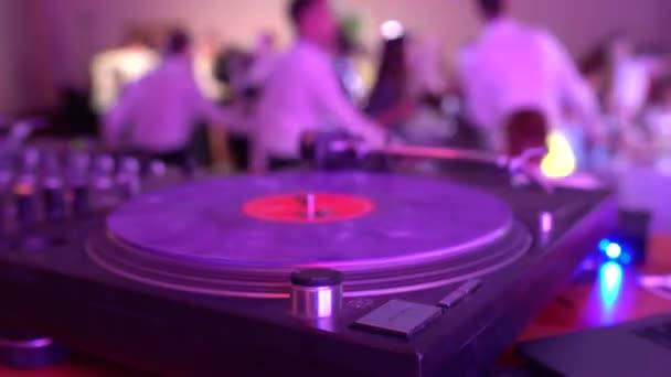 DJ sztereó távirányító hangminőségért és frekvenciákért. Szakmai audio zene egy nightclubban, háttér, szórakozás