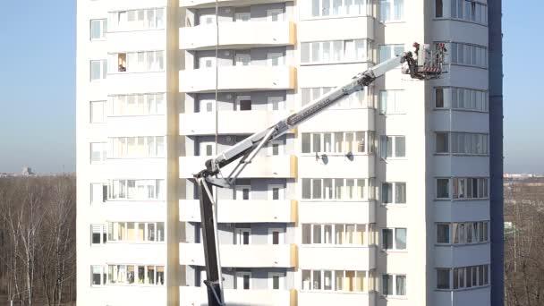 BOBRUISK, BELARUS 17.03.20: Hasičský vůz přivádí hasiče do vícepodlažní budovy pro evakuaci a pomoc lidem, hasiče