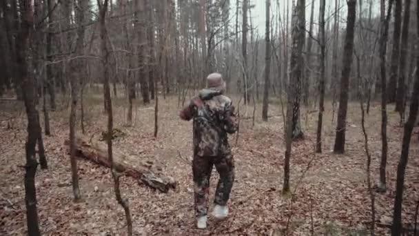 Furcsa tudósító talált egy üveg konzerv gombát. A vadász erdőőr álruhába öltözve mond valamit. 30 éves fehér férfi blogger bajusszal és borostával panama kalapban