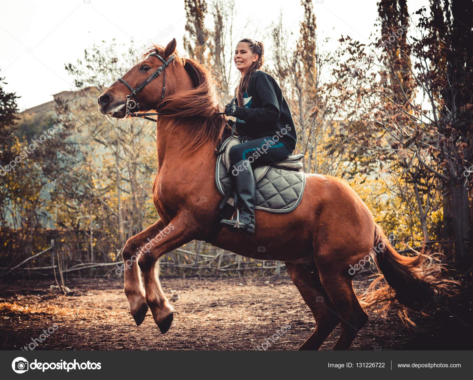 junges sch nes br nette m dchen reitet auf einem pferd an einem warmen und sonnigen herbsttag. Black Bedroom Furniture Sets. Home Design Ideas