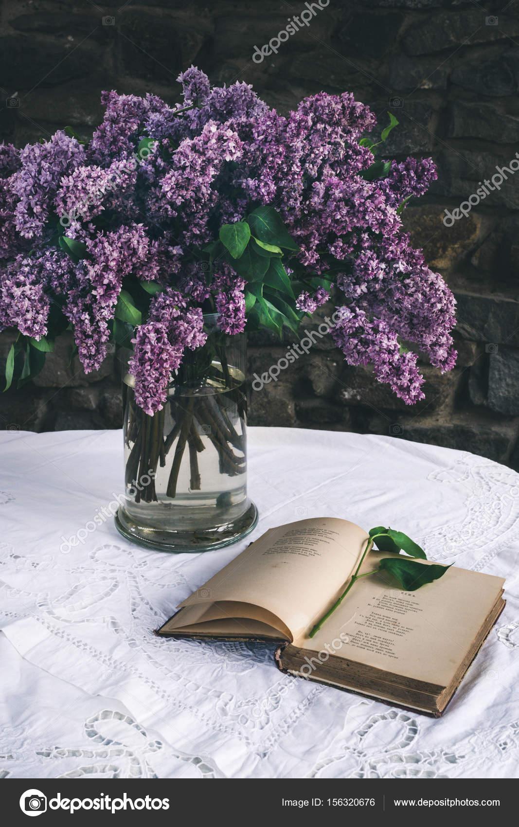 sch ne komposition mit alten buch und duft von flieder in der vase auf wei en vintage spitze. Black Bedroom Furniture Sets. Home Design Ideas