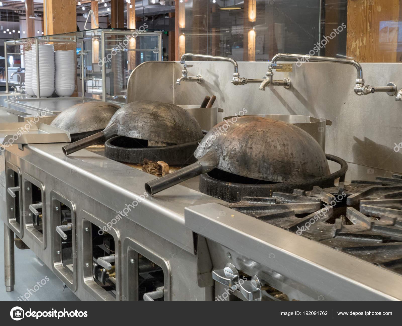 Woks Prontos Para Cozinhar Na Cozinha Industrial Iluminada Stock