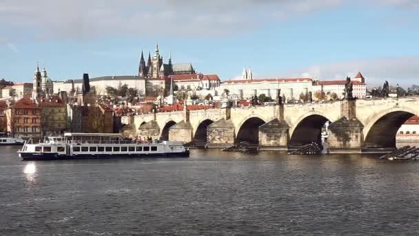 Plavby lodí a Karlův most. Pražského hradu a katedrály svatého Víta na pozadí.
