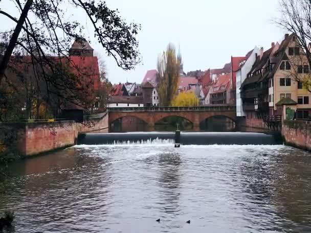Pegnitz-Fluss-Kanal mit dam im Herbst. Nürnberg. Bayern. Deutschland.