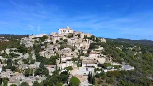 Pohled na Gordes, malé typické město v Provence, Francie. Krásná vesnice s výhledem na střechu