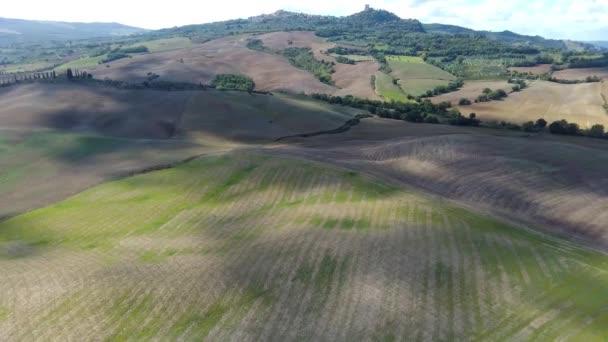 Luftüberflug über die wunderschöne Landschaft des Sonnenuntergangs in der Toskana