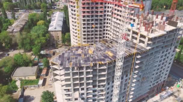 Bau einer Eigentumswohnung. Arbeiter auf einer Baustelle.
