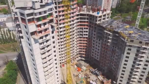 Blick auf die Stadt mit eingebautem Wohnblock. Kranarbeiten auf der Baustelle