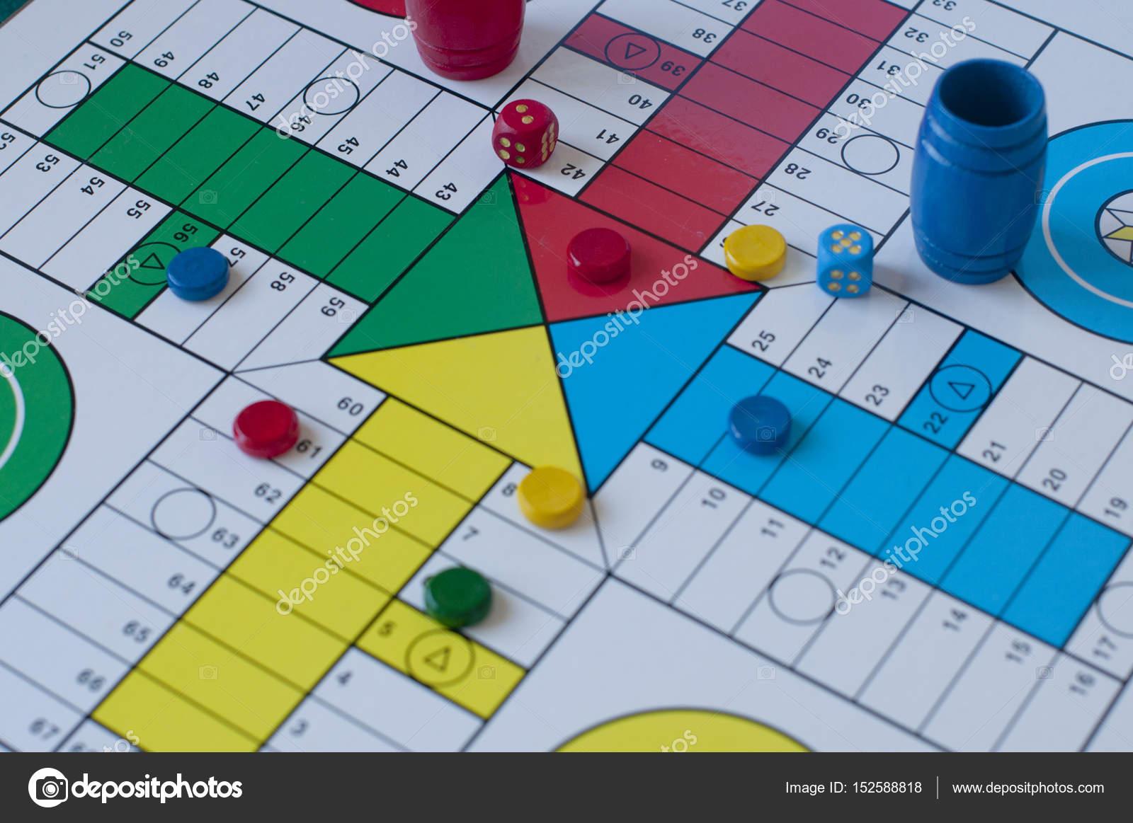 Parchis gioco con dadi e piastrelle u foto stock rehtse