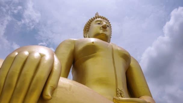 4 k timelapse, a legnagyobb Buddha szobor (Szegély szélessége 63 m, magasság 95 m.) Wat Muang, Ang Thong, Thaiföld.
