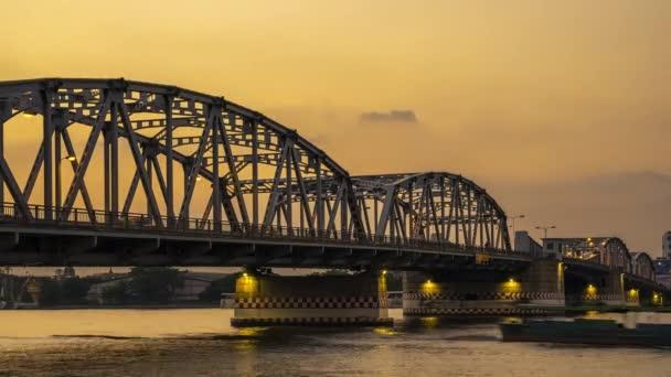 městský provoz na mostě Krung Thep v noci.Most Krung Thep se nachází v Bangkoku, Thajsko.Časová prodleva a smyčka. vysoce kvalitní záběry - originální velikost 4k