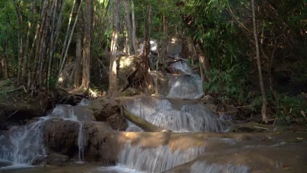 Vodopád, který teče z deštného pralesa, umístění patad vodopád, kanchanaburi, Thajsko