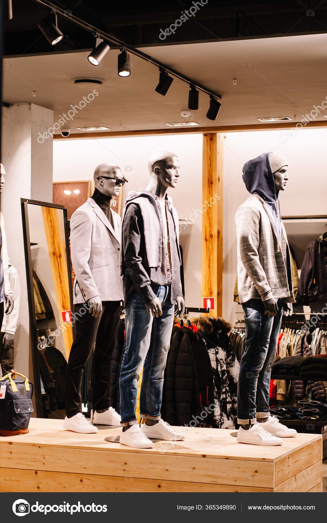 Negozio Con Uomo Donna Vestiti Manichini Boutique Finestra ...