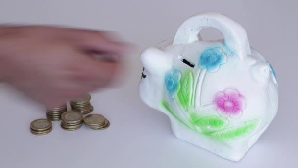 Mexická 10 pesos mince jsou uloženy v tradiční mexické prasátko banky různými způsoby