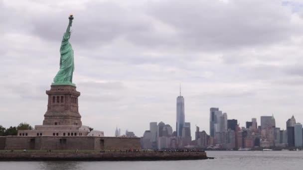 Manhattan Skyline a Szabadság-szobor előtt