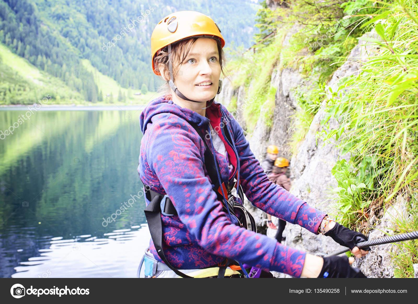 Klettersteig Gosausee : Frau klettern klettersteig gosausee Österreich u2014 stockfoto