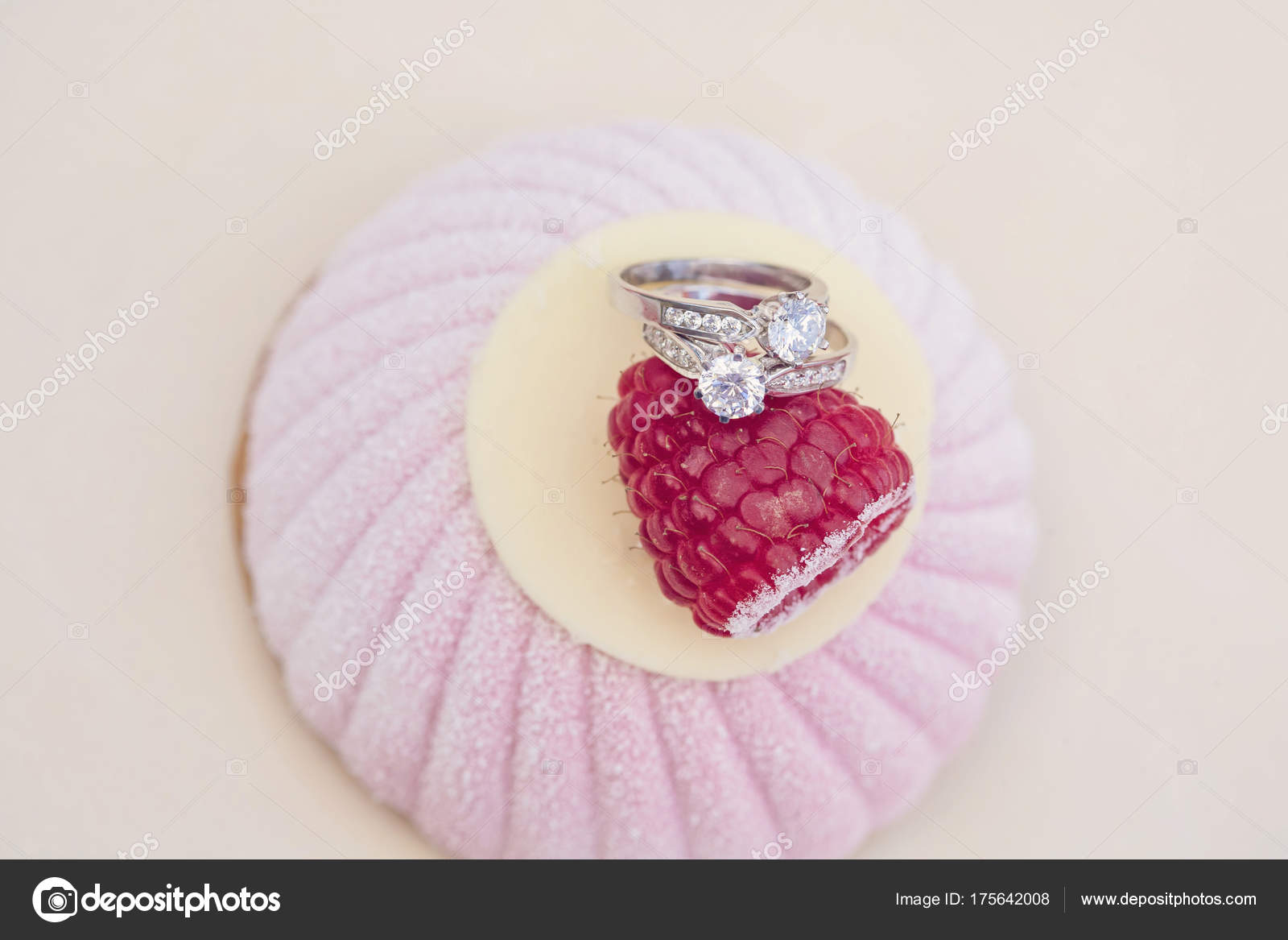 Engagement Set Rings Top Sweet Cake — Stock Photo © zoomarket #175642008
