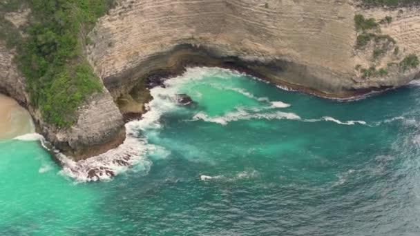 Aerial festői kilátás gyönyörű óceán táj Ázsiában a trópusi paradicsom sziget csodálatos strand türkiz tenger hullámok törnek a szikla sziklára nyaralás cél koncepció