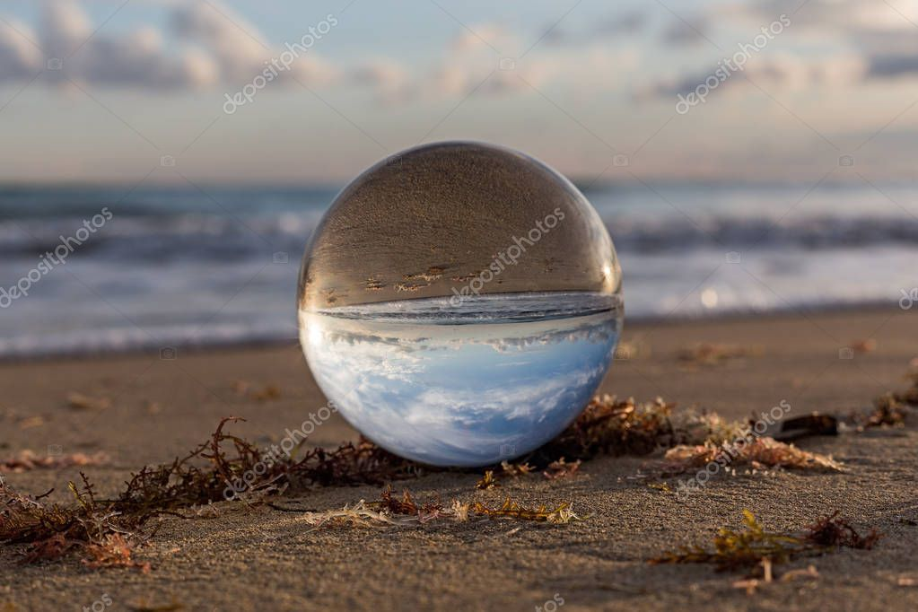 Arte attraverso la sfera di cristallo,Spiaggia del Salento.