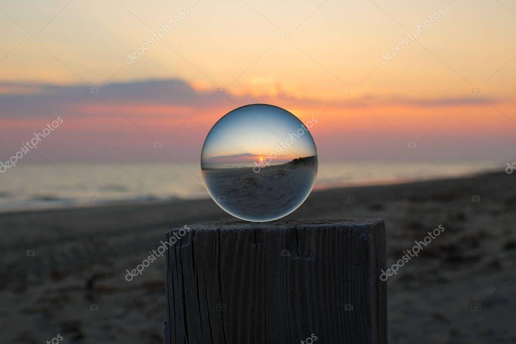Arte attraverso la sfera di cristallo,il tramonto in spiaggia.