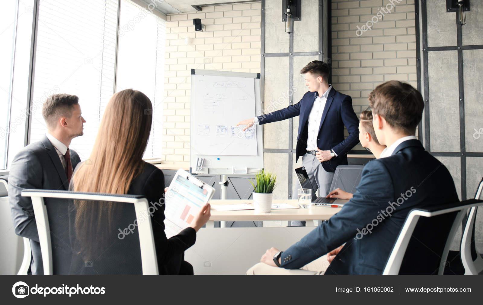Conferenza di presentazione aziendale con team formazione for Stock mobili ufficio
