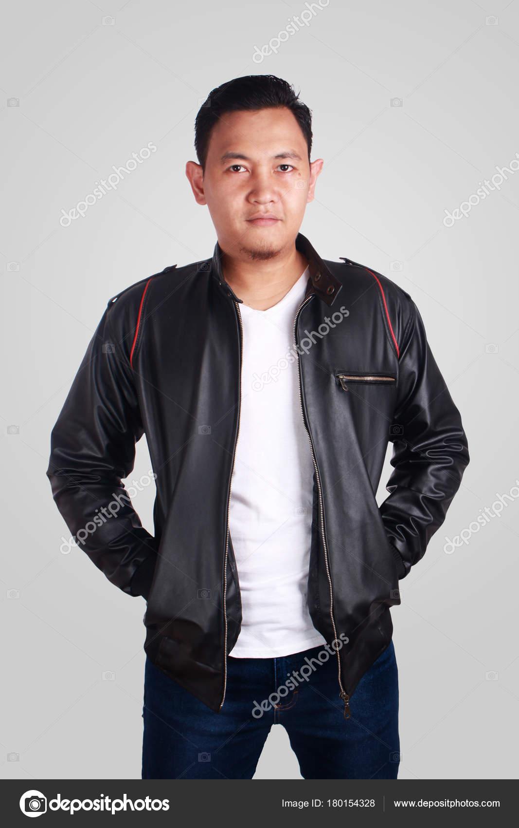 huge inventory b179b 2053a Giacca di pelle uomo asiatico che indossa — Foto Stock ...