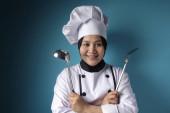 Kungfu-Köchin, Köchin mit Schöpfkelle und Spachtel, bereit zum Kochen