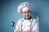 kungfu Chef, männliche asiatische Koch mit Schöpfkelle und Spachtel, bereit,