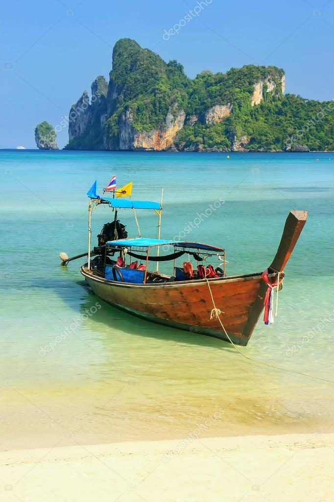 Longtail boat anchored at Ao Loh Dalum beach on Phi Phi Don Isla