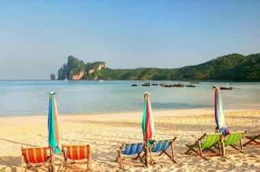 Umrellas and sunchairs at Ao Loh Dalum beach on Phi Phi Don Isla