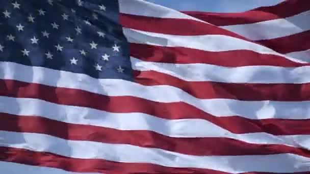 Közelkép az amerikai zászló lobogásáról a szélben