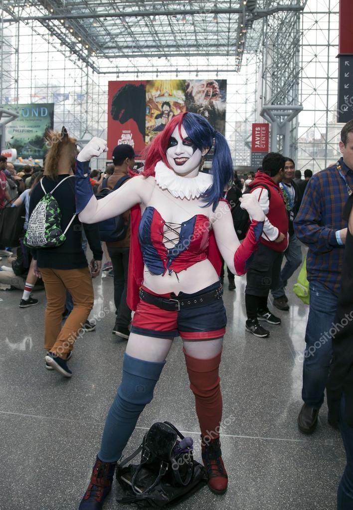 Person In Harley Quinn Kostüm Mit Anderen Auf Der New York Comic Con