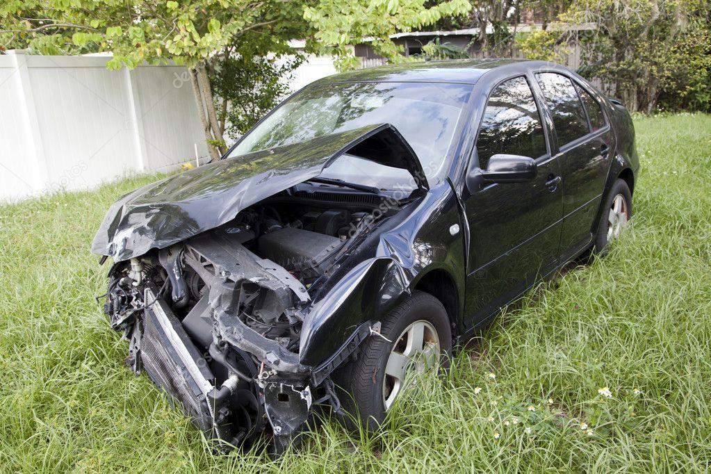 Chłodny Samochód po wypadku auto ujawnia uszkodzenia - Zdjęcie stockowe EI94