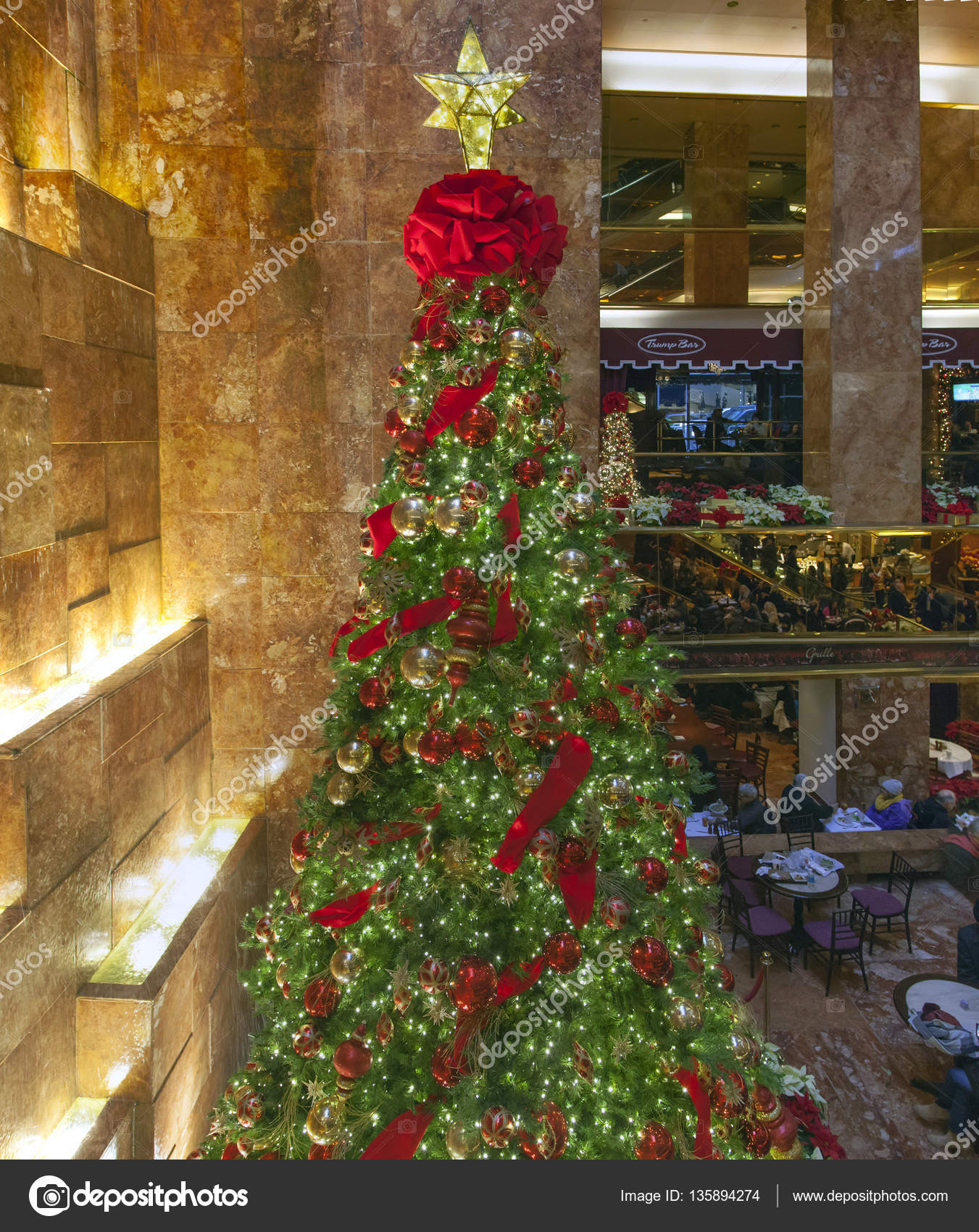 Albero Di Natale New York.Albero Di Natale All Interno Della Trump Tower A New York Foto