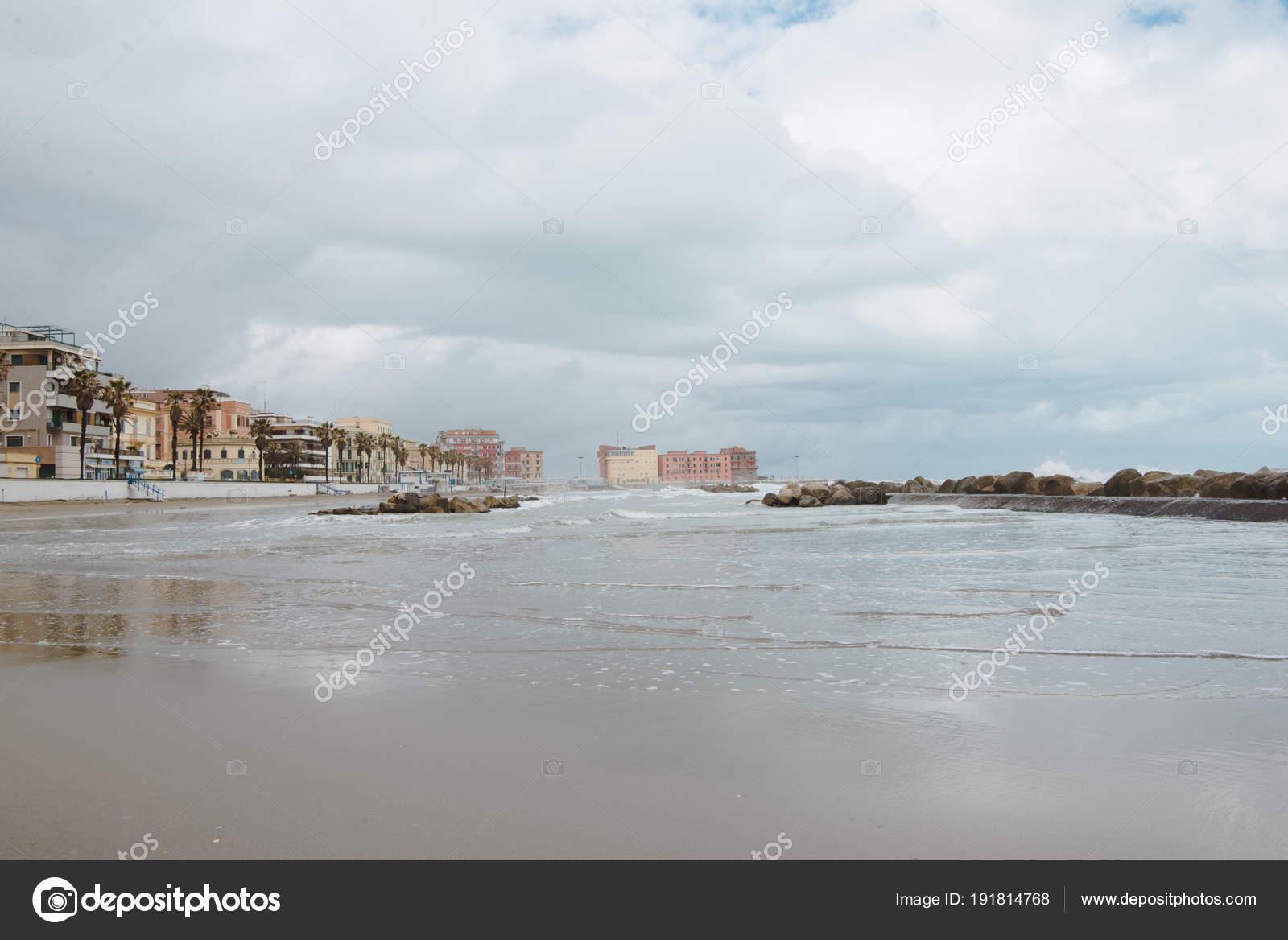 曇りの日 アンツィオに海岸線の...