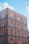 Evropská stavba s okenicemi pod modrou oblohou, Anzio, Itálie