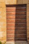 stín na staré dřevěné dveře v Orvietu, předměstí Řím, Itálie