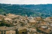 Fotografie Letecký pohled na budovy a kostel v Orvietu, předměstí Řím, Itálie