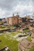 berühmte ruinen des römischen forums am bewölkten tag, rom, italien