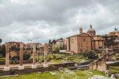 gyönyörű római fórum romok, felhős napon, Róma, Olaszország
