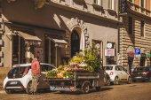Řím, Itálie - 10 března 2018: muž, který prodával květiny z kamionu na ulici Říma