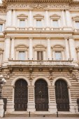 pohled zdola na starých budovách s balkonem v Římě, Itálie